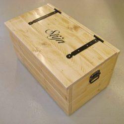 steigerhouten speelgoedopbergkist met naam schuin