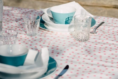 roze tafelzeil polkadot op de set