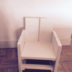 wit stoeltje zonder naam